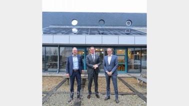 Van links naar rechts: Erik de Vries (directeur Avri), Ronald van Meygaarden                        (wethouder Geldermalsen) en Adrie van Kessel (directeur Solar Comfort).