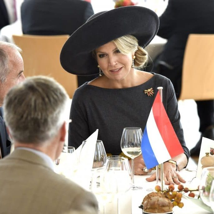 Zijne Majesteit Koning Willem-Alexander en Hare Majesteit Koningin Máxima brengen een werkbezoek aan de Duitse deelstaten Rijnland-Palts en Saarland. Foto gemaakt door Patrick van Emst.His Majesty King Willem-Alexander and Her Majesty Queen Máxima paid a working visit to the German federal states of Rhineland-Palatinate and Saarland.op de foto / On the Photo:   Koning Willem-Alexander en koningin Maxima worden ontvangen bij de Staatskanselarij van Rijnland-Palts door minister-president Malu Dreyer en haar partner. Themalunch: 200 jaar F.W. Raiffeisen, coöperatieve gedachte (Mainz) in de Festsaal van de StaatskanselarijKing Willem-Alexander and Queen Maxima are received at the State Chancellery of Rhineland-Palatinate by Prime Minister Malu Dreyer and her partner. Theme lunch: 200 years F.W. Raiffeisen, cooperative idea (Mainz) in the Festsaal of the State Chancellery
